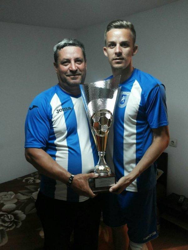 Nicusor Bancu in familie cu trofeul Cel mai bun jucator al sezonului 2015-2016